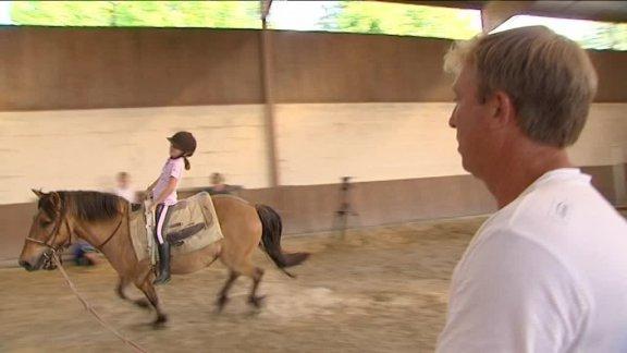 """Orne: Les écoliers de Moulins-la-Marche ont """"poney"""" en cours de sport"""